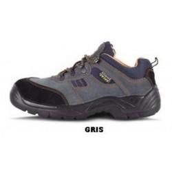 Zapato de serraje con cordones. Tipo treking.